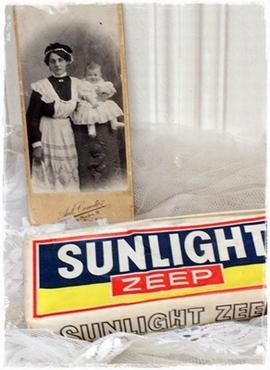 Een Pakje Met 2 Stukken Hele Oude Sunlightzeep. Leuk Voor Decoratie!