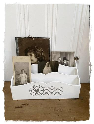 3-Vaks Postbakje In Romantische Stijl Wit/creme , 25 Cm. Breed X 15 Cm. Hoog X 10 Cm. Diep.