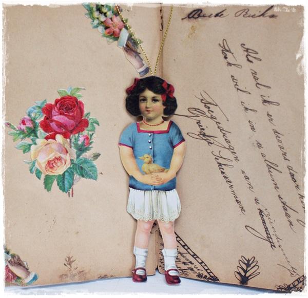 Victoriaanse Hanger Meisje Met Rode Strikjes In Het Haar , 13,5 Cm. Groot