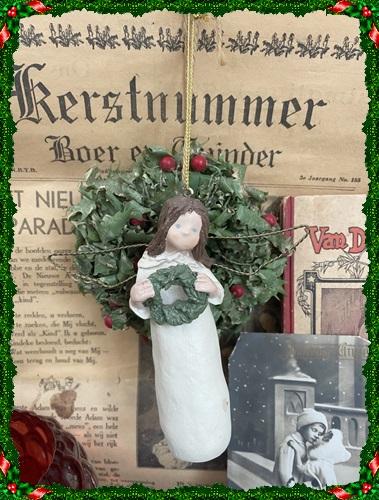 Angel Of Christmas, Engel Met Kerstkrans, 12,5 Cm. Groot.